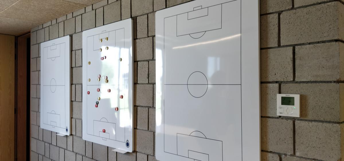 Club Brugge - Marcelis Smart Office - Legamaster tactical voetbelveld whiteboard met logo op rij- Belgie - Vlaams brabant