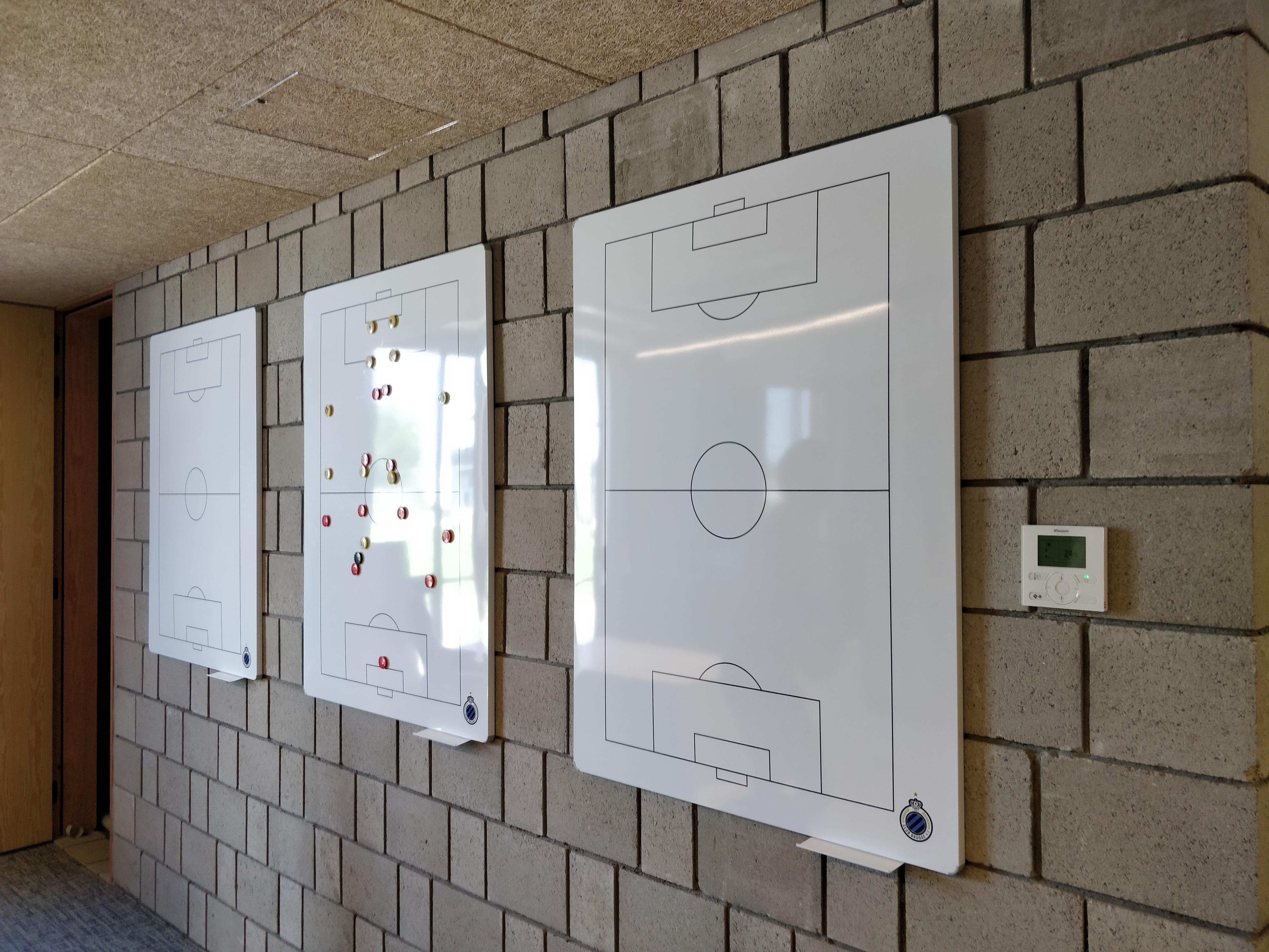 Club Brugge - Marcelis Smart Office - Legamaster tactical voetbelveld whiteboard met logo op rij- Belgie - Vlaams brabant