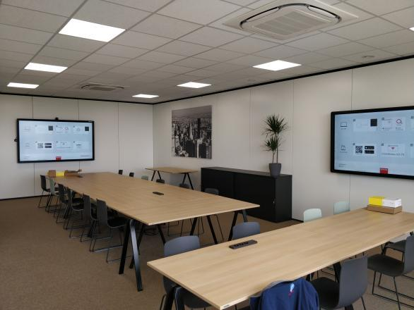 Clevertouch Pro lux 86 Barco Clickshare meetingroom Cosmolift aalter Marcelis Smart Office interactief scherm